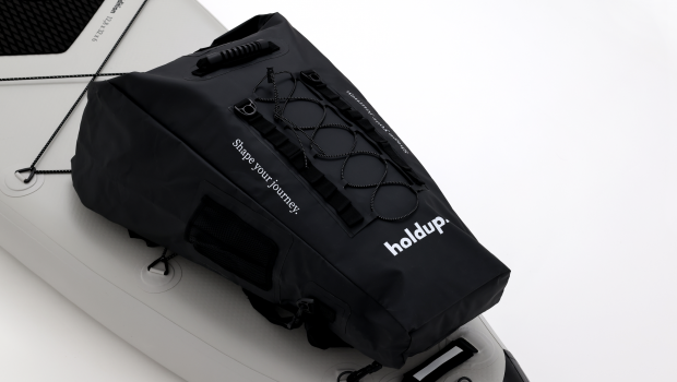 «Finally a bag that won't end up in the water» This is the first waterproof bag specifically dedicated to practice. For the first time, the bag comes to marry the outline (the shape) of the paddle, to place itself completely on the front or on the back. 4 carabiners are provided on the back of the bag to be attached directly to the rings provided on the model of trekking. In practice, you will no longer have to go over the bag during paddle transfers, in rowing action.